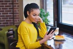 Muchacha joven de la raza mixta que usa la tableta digital Fotos de archivo