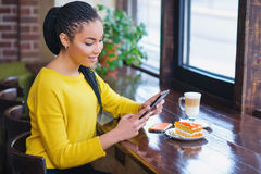 Muchacha joven de la raza mixta que usa la tableta digital Imagen de archivo