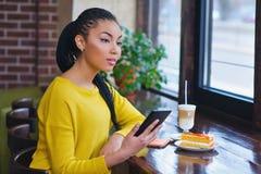 Muchacha joven de la raza mixta que usa la tableta digital Imagen de archivo libre de regalías