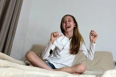 Muchacha joven del adolescente con el teléfono elegante y el auricular que lleva Imagen de archivo