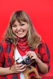 Muchacha joven del adolescente con la cámara vieja de la película Foto de archivo libre de regalías