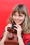 Muchacha joven del adolescente con la cámara vieja de la película Imagen de archivo