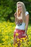 Muchacha joven del adolescente con la flor amarilla Fotos de archivo