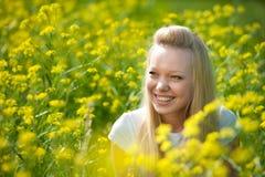 Muchacha joven del adolescente con la flor amarilla Foto de archivo libre de regalías