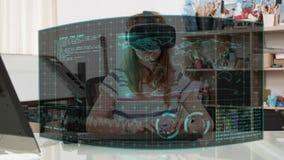Muchacha joven del adolescente con una exhibición virtual immersive alrededor de ella metrajes