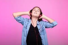 Muchacha joven del adolescente que disfruta de música con los auriculares en la cabeza Fotografía de archivo libre de regalías