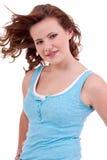 Muchacha joven del adolescente que sonríe teniendo retrato de la diversión Fotos de archivo