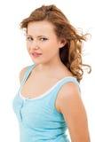 Muchacha joven del adolescente que sonríe teniendo retrato de la diversión Foto de archivo