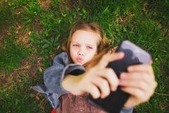 Muchacha joven del adolescente que toma el selfie Fotografía de archivo