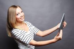 Muchacha joven del adolescente que toma el selfie con la tableta digital Foto de archivo libre de regalías