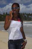 Muchacha joven del afroamericano en el teléfono celular Fotos de archivo libres de regalías