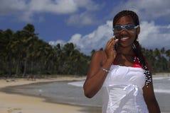 Muchacha joven del afroamericano en el teléfono celular Fotos de archivo