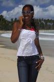 Muchacha joven del afroamericano en el teléfono celular Imagen de archivo
