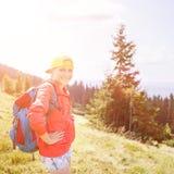 Muchacha joven del backpacker que disfruta de la visión en montañas Imagen de archivo libre de regalías