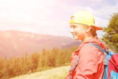 Muchacha joven del backpacker que disfruta de la visión en montañas Foto de archivo libre de regalías
