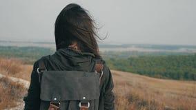 Muchacha joven del caminante con una mochila en las montañas superiores en la puesta del sol Forma de vida, concepto del viaje almacen de video