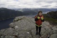 Muchacha joven del caminante con una visión sobre el fiordo Imagen de archivo libre de regalías
