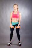 Muchacha joven del deporte con pesas de gimnasia Foto de archivo libre de regalías