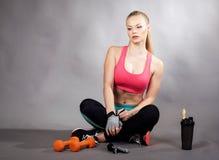 Muchacha joven del deporte con pesas de gimnasia Imagen de archivo libre de regalías