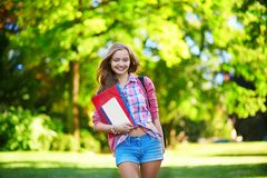 Muchacha joven del estudiante al aire libre Imagen de archivo libre de regalías