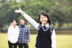 Muchacha joven del estudiante con el padre en escuela Foto de archivo libre de regalías