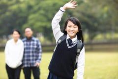Muchacha joven del estudiante con el padre en escuela Fotos de archivo