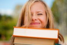 Muchacha joven del estudiante con la cara divertida Foto de archivo libre de regalías