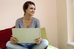 Muchacha joven del estudiante con la computadora portátil foto de archivo libre de regalías