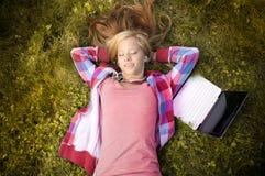 Muchacha joven del estudiante con la computadora portátil Foto de archivo
