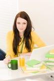 Muchacha joven del estudiante con la computadora portátil en el país Fotografía de archivo libre de regalías