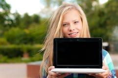 Muchacha joven del estudiante con la computadora portátil Imágenes de archivo libres de regalías
