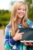 Muchacha joven del estudiante con la computadora portátil Fotos de archivo