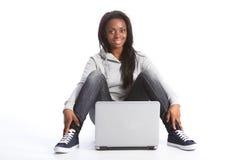 Muchacha joven del estudiante del afroamericano con el ordenador Fotos de archivo libres de regalías