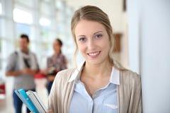 Muchacha joven del estudiante en la universidad Imagen de archivo libre de regalías