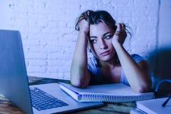 Muchacha joven del estudiante que estudia en casa el ordenador portátil cansado prepar Imágenes de archivo libres de regalías