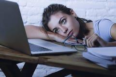 Muchacha joven del estudiante que estudia en casa el ordenador portátil cansado prepar Foto de archivo libre de regalías