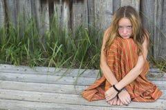 Muchacha joven del hippie que se sienta en la tierra al aire libre Imagen de archivo libre de regalías