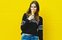 Muchacha joven del inconformista con helado Fotografía de archivo libre de regalías