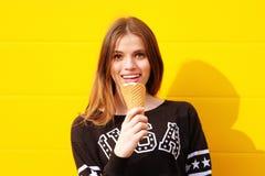 Muchacha joven del inconformista con helado Imágenes de archivo libres de regalías