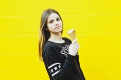 Muchacha joven del inconformista con helado Foto de archivo libre de regalías