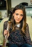 Muchacha joven del inconformista con la guitarra acústica en casa Foto de archivo libre de regalías