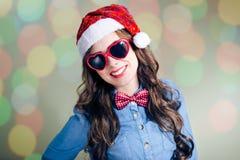 Muchacha joven del inconformista en gafas de sol divertidas y Imágenes de archivo libres de regalías