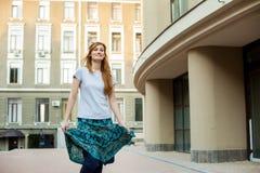 Muchacha joven del inconformista del pelirrojo que camina alrededor de ciudad Fotos de archivo libres de regalías