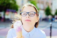 Muchacha joven del inconformista que come un helado delicioso en verano Imagen de archivo libre de regalías