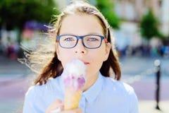 Muchacha joven del inconformista que come un helado delicioso en verano Fotografía de archivo libre de regalías