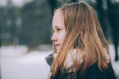 Muchacha joven del invierno con el pelo ligero encendido al aire libre Imagen de archivo