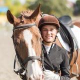 Muchacha joven del jinete con su caballo Imágenes de archivo libres de regalías