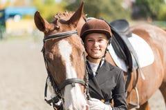 Muchacha joven del jinete con su caballo Imagen de archivo libre de regalías