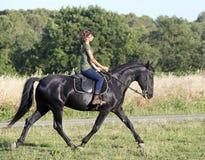 Muchacha joven del montar a caballo Foto de archivo libre de regalías