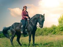 Muchacha joven del montar a caballo Fotografía de archivo